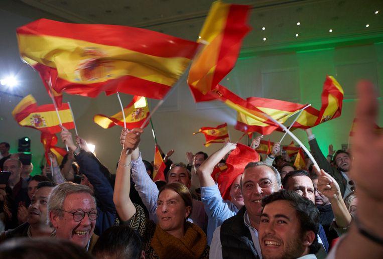 De aanhangers van de extreem-rechtse partij VOX vieren feest na het behalen van ruim 10 procent van de stemmen bij de verkiezing in Andalusië.  Beeld AP