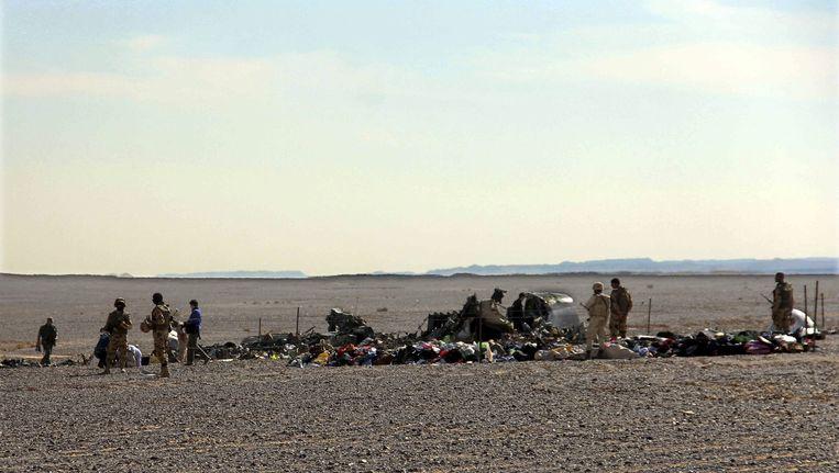 Egyptische militairen bewaken de plek in de Sinaï-woestijn waar een deel van het vliegtuig is neergekomen. Beeld ap