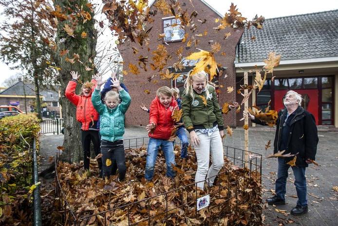 Leerlingen van de Dorpsschool zijn blij dat zij de bladverzamelwedstrijd hebben gewonnen.