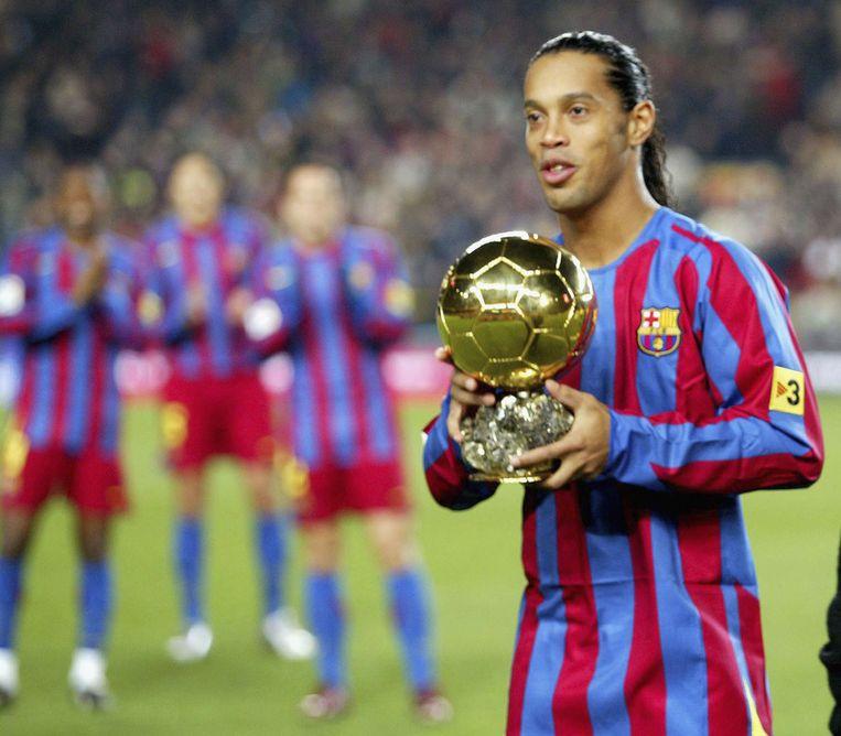Ronaldinho als voetballer van FC Barcelona met zijn Gouden Bal.