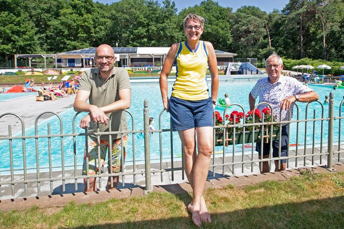 Herman Groenewold volgt Luc Smink (r) op als voorzitter van het Heuveltjesbosbad. Nathanja van der Bunt-Koops vervangt Gradus Hagel als badmanager.