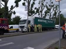 Vrachtwagen lekt diesel door straten van Vianen