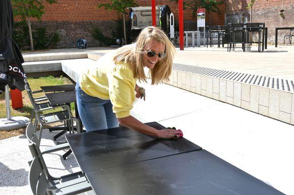 Sharon Ramboer zet het uitgebreide terras van KOERSkaffee, met caravannetje als tweede bar, op orde.