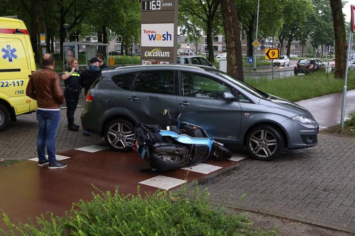 Scooterrijdster gewond naar ziekenhuis na aanrijding met auto in Eindhoven