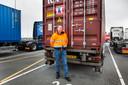 Vrachtwagenchauffeur Peter van Es. Het containerzegel is het gele zandlopervormige ding op de containerdeur.