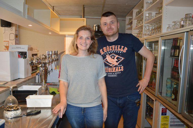 Fleur en Andy bereiden zich voor op de opening van het café.