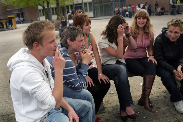 Roken op het schoolplein was vroeger gebruikelijker dan nu, maar is nog niet overal verboden. Dat verandert wel: in 2020 wordt het bij wet verboden.