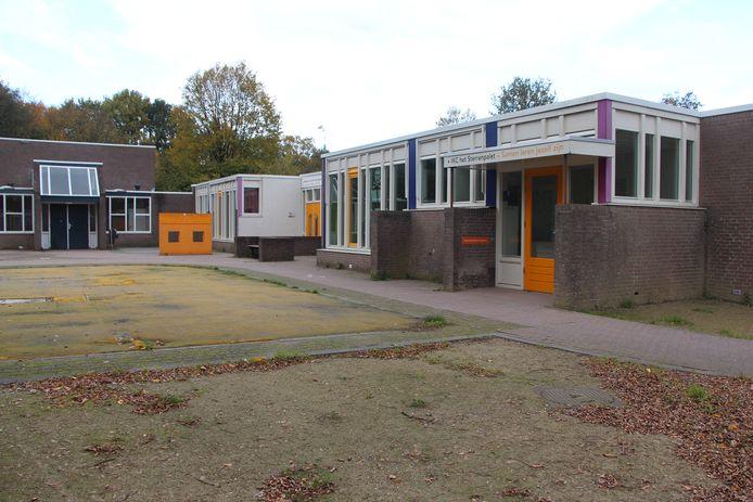 De vroegere Julianaschool - al voorzien van de naam van fusieschool Het Sterrenpalet - met links achter de gymzaal die zal worden vervangen door een ruimere gymzaal.