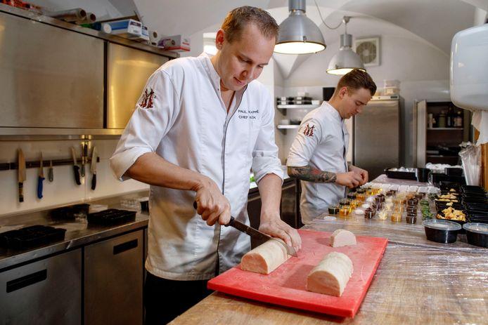 Chef-kok Paul Kappé bereidt het Sterrenchefkokmenu voor. De terrine van Kemperhoen wordt voor het hoofdgerecht in stukken gesneden.