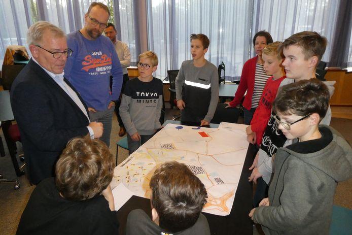 Leerlingen van het Elde College in Sint-Michielsgestel presenteren op een plattegrond hun plannen voor een nieuwe duurzame wijk.