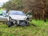 Auto botst tegen vangrail op A58 bij Galder, voertuig zwaar beschadigd
