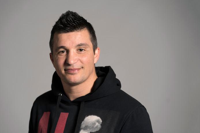 Hüsnü Kocabas (38) was als kind nogal een klier. Tot hij als 14-jarige zijn voetbalschoenen verruilde voor een paar bokshandschoenen.