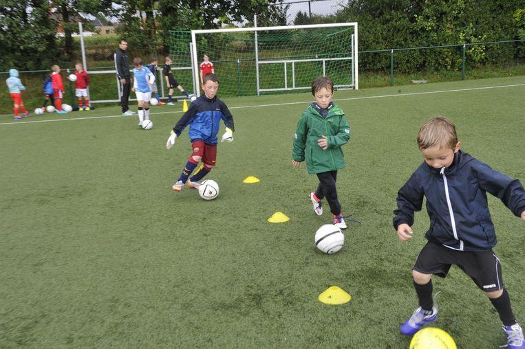 De jonge spelertjes leren de basisvaardigheden.