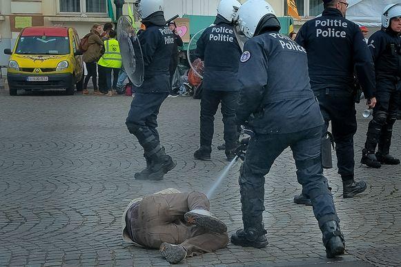 Op een foto die onze fotograaf maakte en op beelden van VTM Nieuws is bijvoorbeeld te zien hoe de politie spray inzet tegen manifestanten die op de grond liggen en schijnbaar geen bedreiging vormen.
