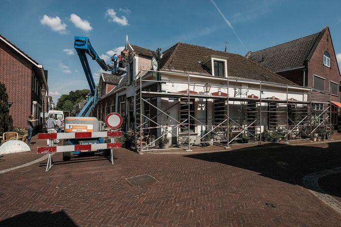 Cafe de Zwaan in Bredevoort kreeg twee jaar geleden nog een nieuw geschilderde zwaan boven de voordeur.
