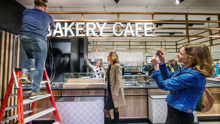 Bij de Albert Heijn op het Gelderlandplein wordt de laatste hand gelegd aan koffiebar Bakery Café Beeld Jean-Pierre Jans