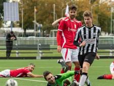 Martijn Smits neemt na Zwart-Wit tegen Rood-Wit de wedstrijdbal mee naar huis