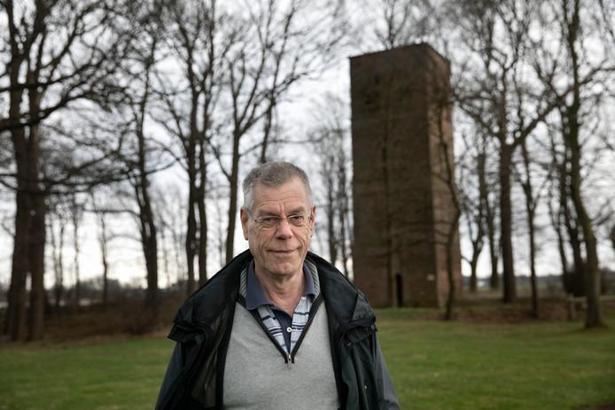 Luc Kenter bij de Oude Toren in Oostelbeers.
