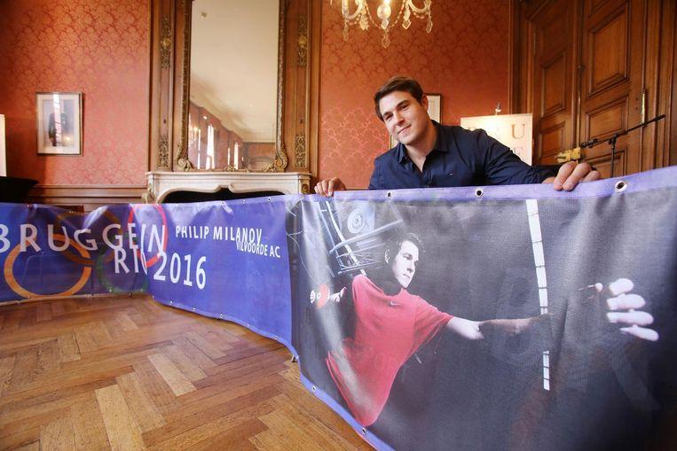 Discuswerper Philip Milanov bij zijn banner, die vanaf vrijdag in Brugge hangt.