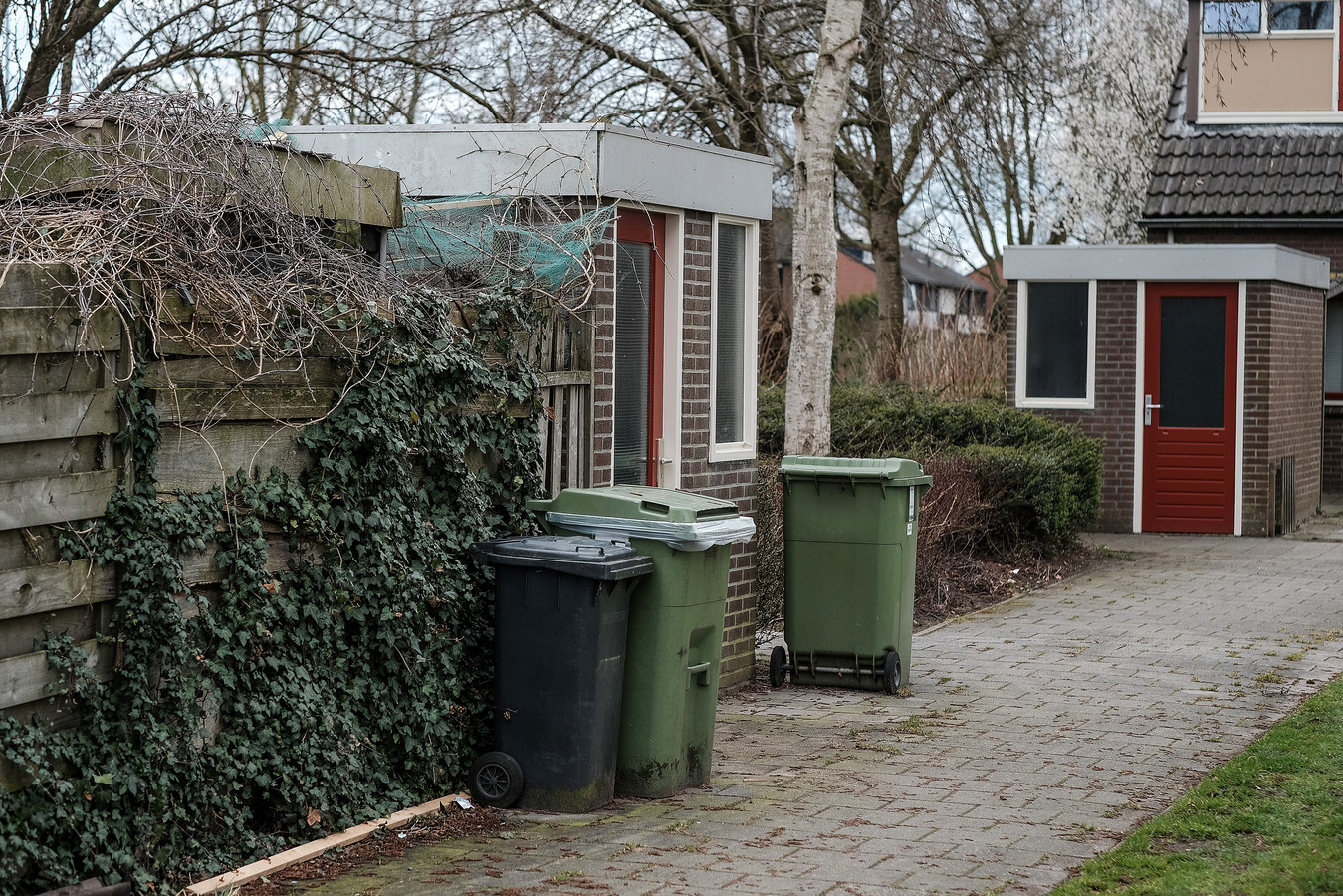Afvalcontainers in een woonwijk.