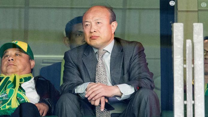 Hui Wang op de tribune bij ADO Den Haag.