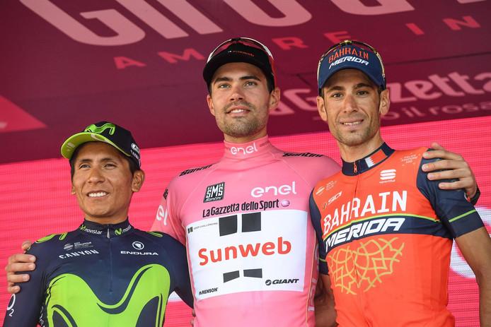 Tom Dumoulin met Nairo Quintana (l) en Vincenzo Nibali (r) op het podium.