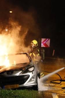 Auto vliegt spontaan in brand op N271 bij Gennep