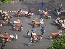 Fijne eerste terrasdag in Oosterhout, maar: 'Regels uitleggen kost me wel drankjes'