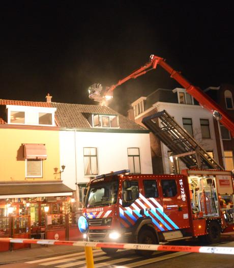 Schoorsteenbrand in antiekwinkel met aangrenzende zolderwoning aan Bankastraat