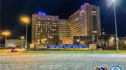 """Burgemeester Mathias De Clercq ontkent hardnekkig gerucht: """"Nee, ik heb spandoeken aan ziekenhuizen niet laten verwijderen"""""""