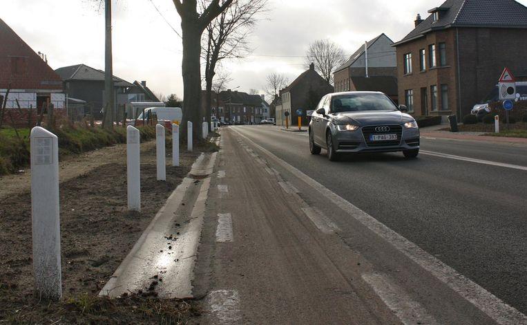 Deze paaltjes langs de Schoolstraat verhinderen dat er daar nog geparkeerd kan worden.