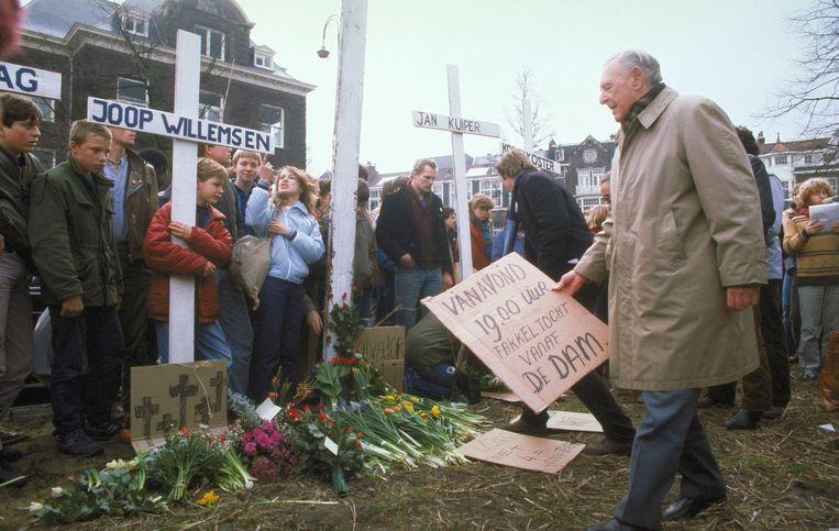 Demonstratie voor het Amerikaanse consulaat op het Museumplein naar aanleiding van de vier vermoorde Nederlandse Ikon journalisten in El Salvador. Beeld ANP