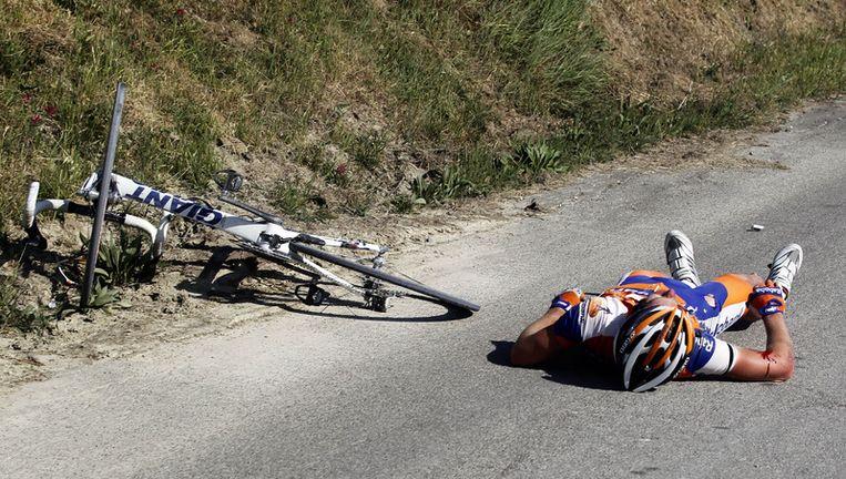 Tom Jelte Slagter (Rabobank) ligt op het asfalt tijdens een val in de rit van gisteren. Beeld ap