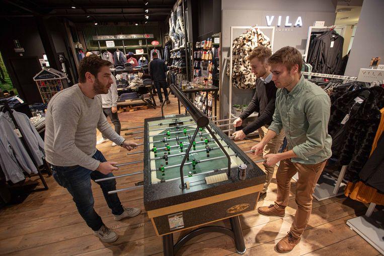 In de winkel kon ook een partijtje tafelvoetbal gespeeld worden.