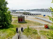 Fascinerend: wandelen tussen reusachtige opslagtanks en installaties