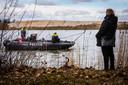De politie zoekt met sonarapparatuur het water De Brink af in Liessel naar Hans Martens en Piet Hölskes uit Asten die in 1974 zijn verdwenen (foto 2018).
