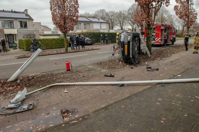 Een automobilist verloor de controle over het stuur en ramde een lantaarnpaal.