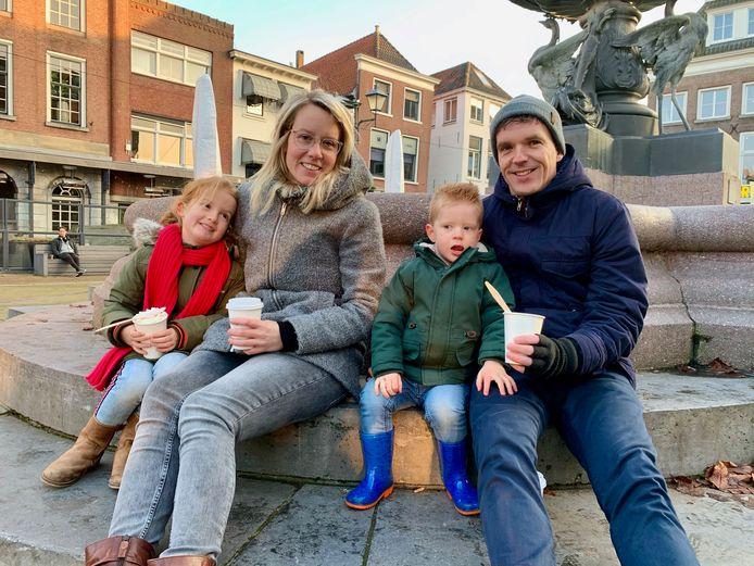 Familie Klop uit Nieuwendijk 'laat de kinderen uit in de grote stad' Tonny (32) en Dennis (37) met dochter Danée en Rodin. De baby ligt iets buiten beeld in de grote kinderwagen te slapen.