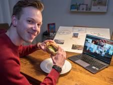 Met een hamburger boven je laptop praten over dijkverhoging