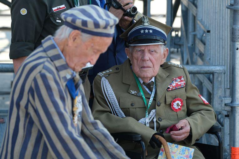 Een Poolse kampoverlevende en een Poolse oud-militair bij de herdenking van de Tweede Wereldoorlog   Beeld Getty Images