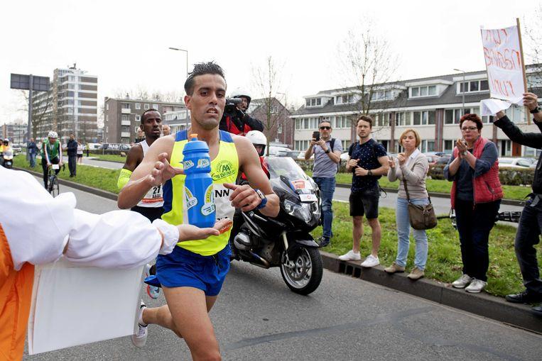 Khalid Choukoud stapte na 36 kilometer uit. Voor het tweede jaar op rij had hij pech. Beeld ANP
