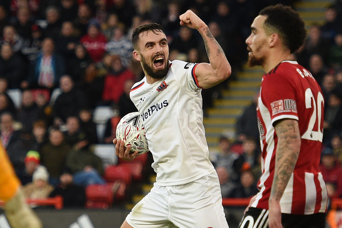 Jordan Williams van AFC Fylde laat Sheffield United nog zweten in de slotfase.