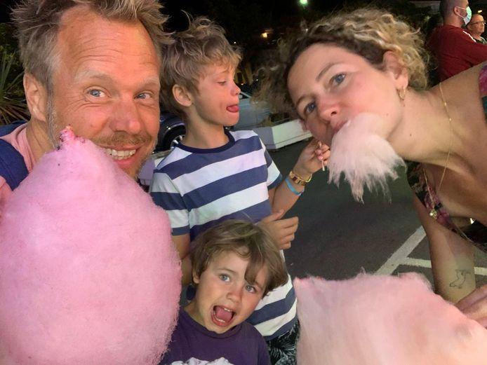 Koen Jansen, aka Diggy Dex, is met zijn gezin op vakantie in Frankrijk. Hij vindt het noodzakelijk om 'de stekker er soms uit te trekken'.