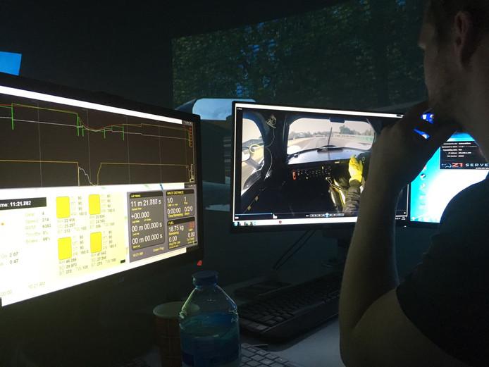 Atze Kerkhof checkt voor Dongense coureur Job van Uitert wat het ideale rempunt is. Van Uitert test in de simulator voor Le Mans.