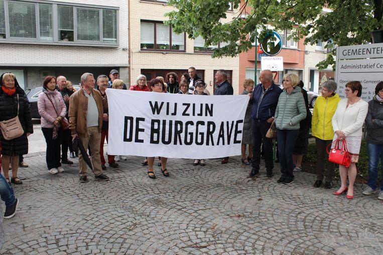 De verenigingen kwamen met spandoeken naar de gemeenteraad.