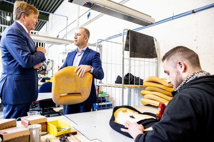 De schuimrubber zittingen worden stoel voor stoel voorzien van een nieuwe bekleding.
