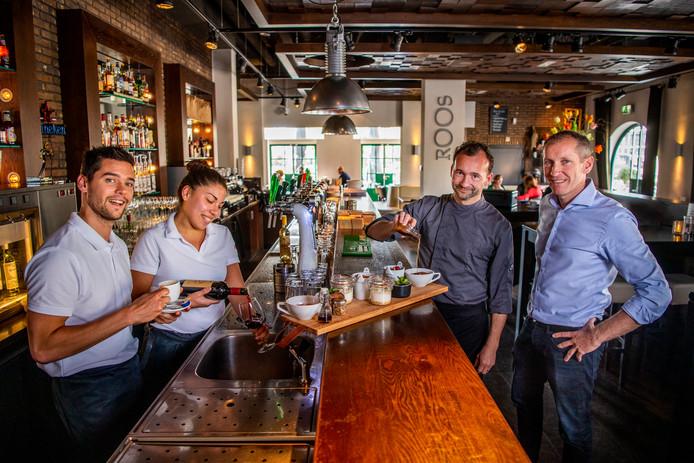 Grand café Roos in Boskoop, met (v.l.n.r.) Rick Stolwijk, Femke Lindemans, Pascal Voogt en Vincent Voogt.