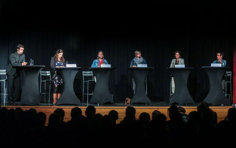 Vijf dames en moderator Thijs Morlion debatteerden over regionale  onderwerpen, maar ook over nationale thema's.