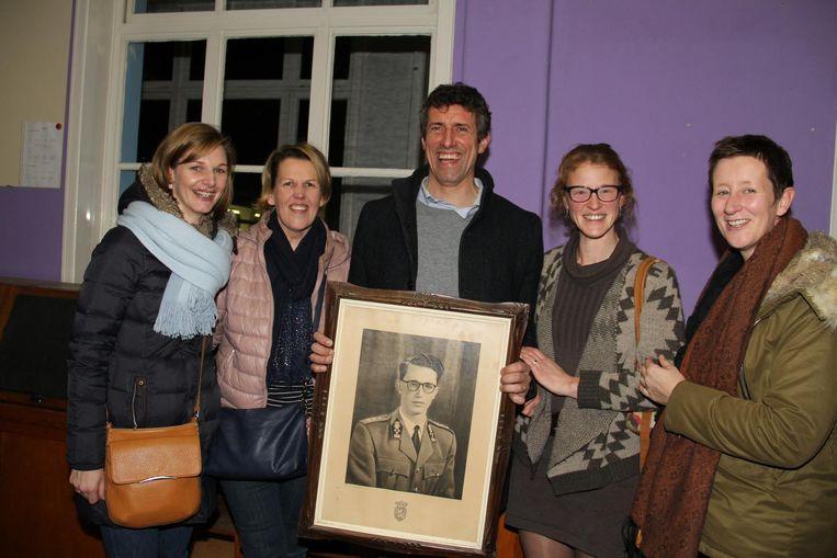 Leerkracht Steven Notebaert, hier met enkele collega's, kocht op de veiling een foto van koning Boudewijn.