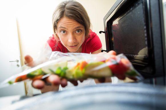 """Voedingsexperte Sanne Mouha: """"Groenten zijn prima als er een 'vervelingshongertje' zou toeslaan"""""""